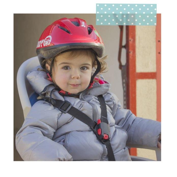 Y por la tarde nos planta esta sonrisa cuando la atamos en la silla de la bici