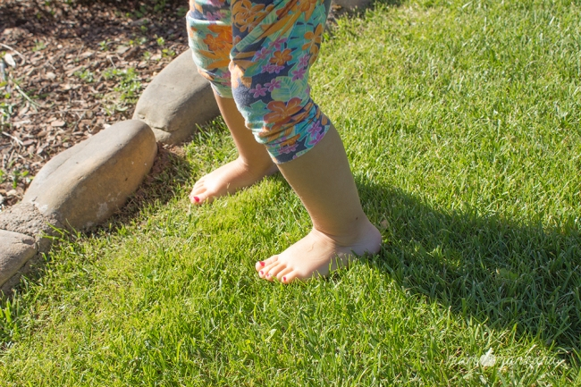 Emma descalza por el césped del Botánico