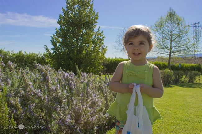 Emma con su bolsa sorpresa en el Botánico