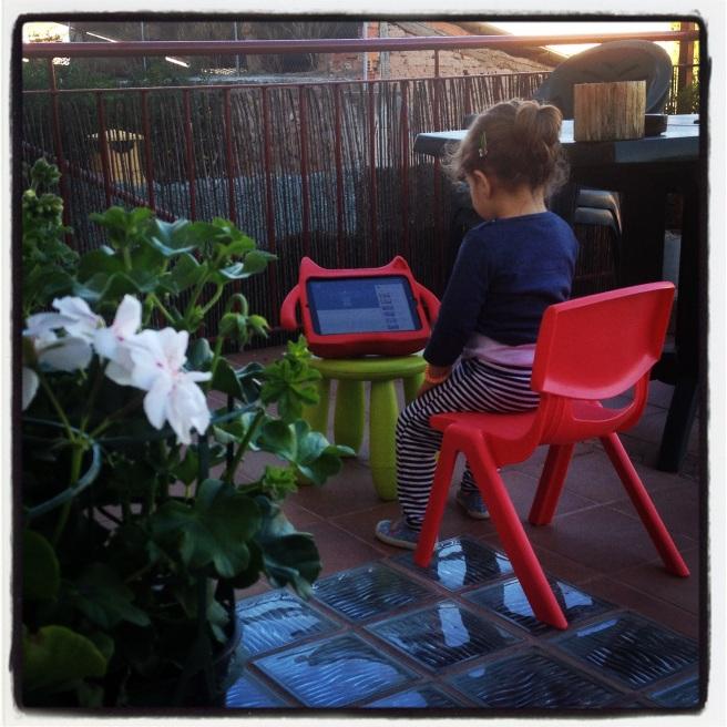 Emma en la terraza con su iPad, el demonio rojo
