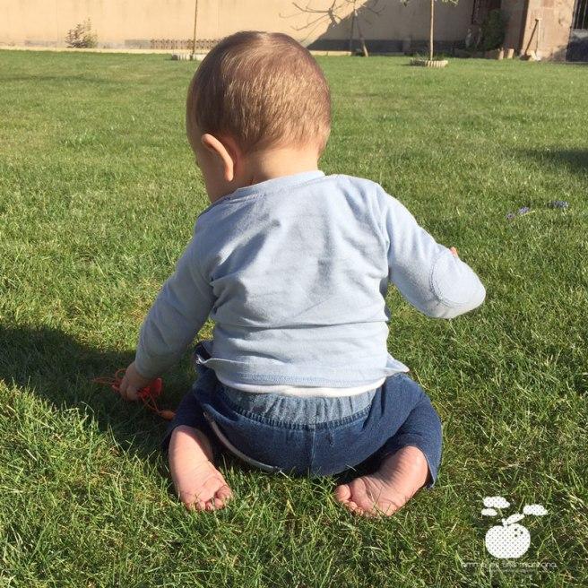Martín descalzo en el jardín