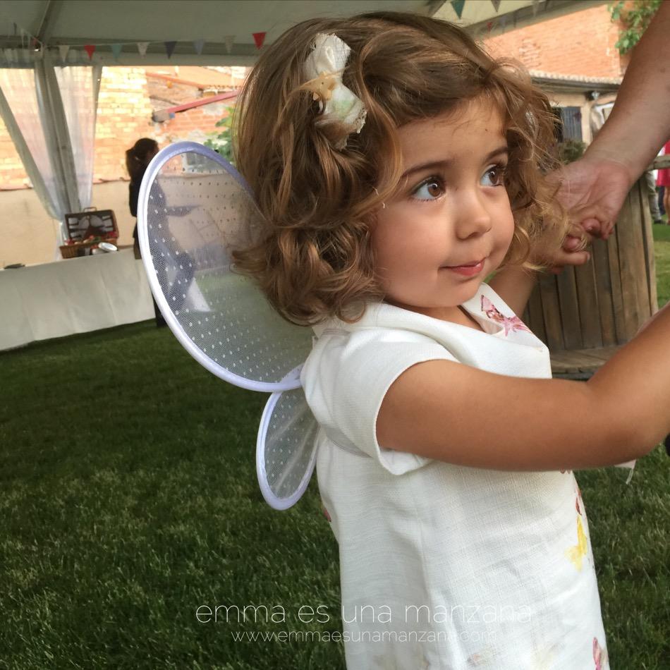 Emma  y sus alas de hada en la boda de sus tíos
