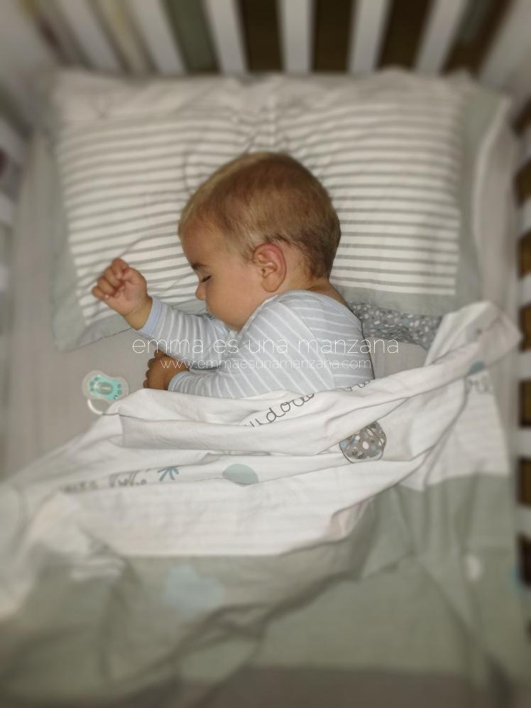 Martín duerme relajado en su cuna, ajeno a la crueldad del mundo