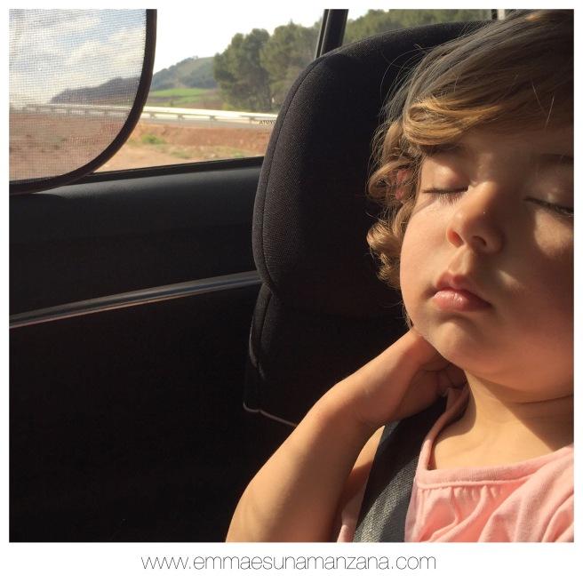 Emma duerme en el coche
